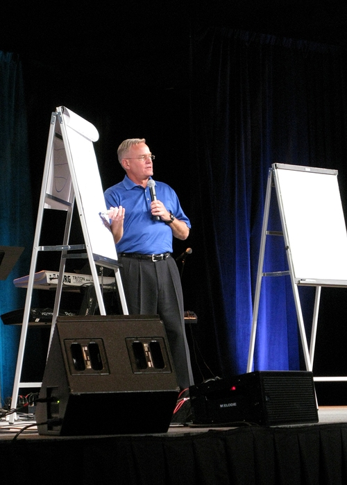 Hybels_at_flip_chart_2_2008